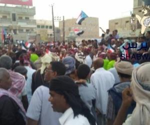 ضابط في جيش الإحتلال اليمني يهدد المحتفلين بزيارة الهدار في القطن لرفعهم علم الجنوب