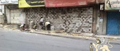 تجار تعز يغلقون محلاتهم التجارية بالحجارة والأسمنت .. والحشد ينهب مواد بناء مسجد قيد البناء