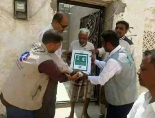 """""""كرتون تمر يذل رجلا مسنا"""" في محافظة جنوبية بإشراف 6 عمال إغاثة بينهم مصور"""