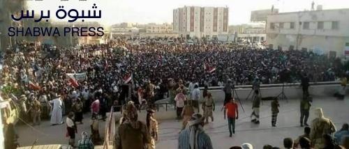 """المهرة تنتفض ضد """"الميسري والجبواني"""" وشعار المتظاهرون : """"المهرة ليست مكب نفايات"""""""