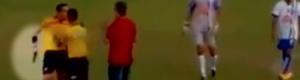 حكم غاضب بالبرازيل يشهر مسدساً بعد بطاقة حمراء