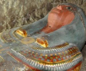 باحثون مصريون: اكتشاف ثمانية مومياوات داخل مقبرة فرعونية ''زاهية الألوان''