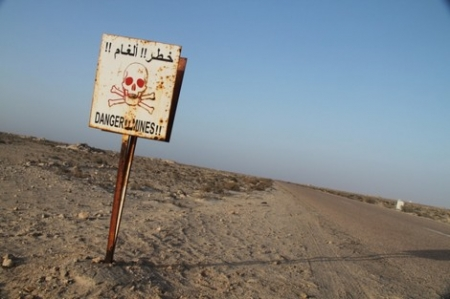 من أجل إزالة الألغام التي تحاصر الوازعية بتعز .. جيش الشرعية يطالب برشوة للقيام بواجبه