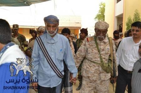 وساطة بقيادة رئيس انتقالي شبوة تنجح في اخماد الفتنة في منطقة المصينعة واستلام 5 رهائن من اقارب الجناة.